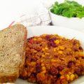 Chili con Carne mit Brot und Salat