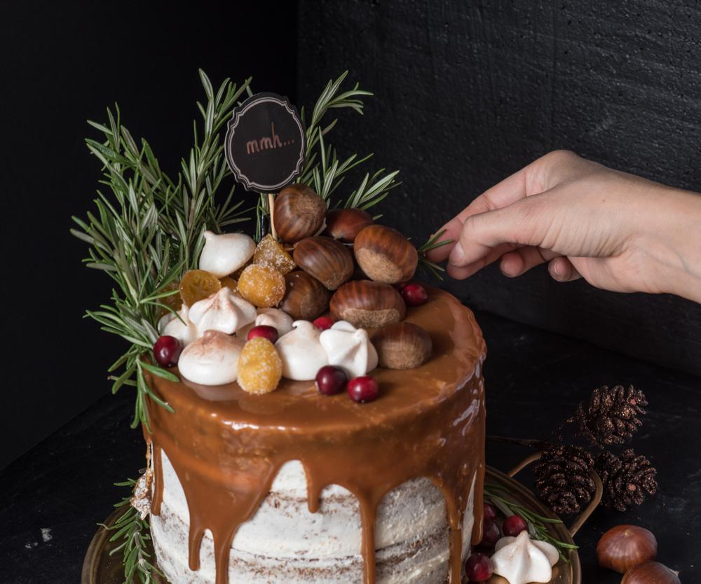 Foodstylist beim dekorieren einer Torte