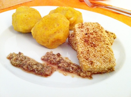 Kürbis-Knödel mit Tofu im Sesammantel und Kürbiskern-Pesto