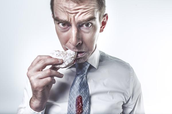Mann mit Keks