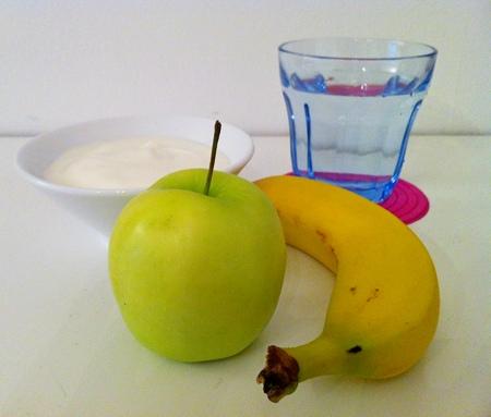 Apfel, Banane, Joghurt und ein Glas Wasser