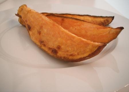 Süßkartoffelspalten auf einem Teller