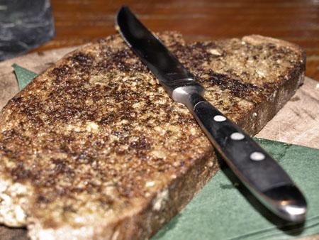 Dinkelbrot mit Kräuterknoblauchbutter