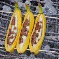 3 Bananen mit Schokostückchen auf einem Griller