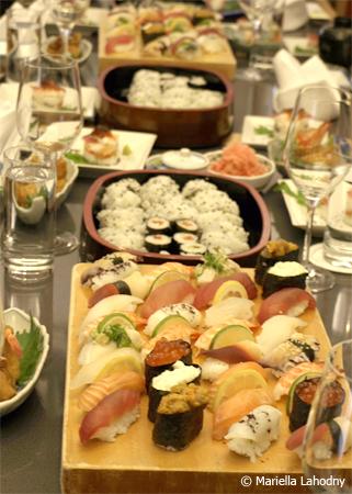 Tisch mit Bergen an Sushi