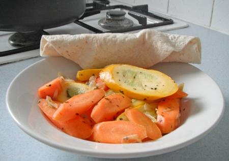 Zucchini-Karotten-Gemüse mit Wrap