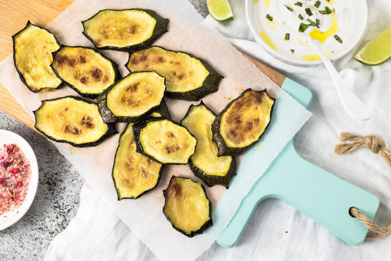 Zucchinischeiben aus dem Ofen mit Minze-Limetten-Joghurt-Dip