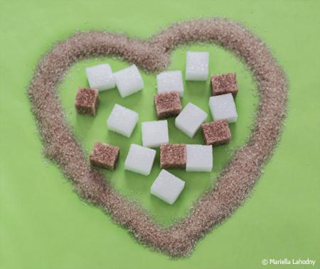 Ein Herz aus braunem und weißem Zucker