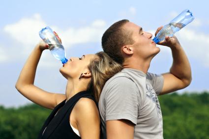 Paar trinkt Wasser nach dem Sport