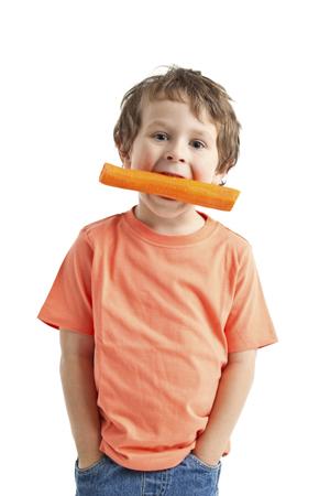 Bub mit Karotte im Mund