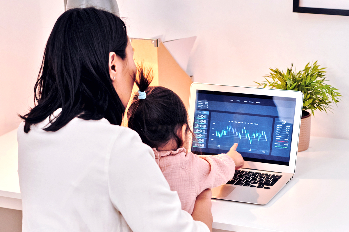 Mutter im Home Office mit Kleinkind